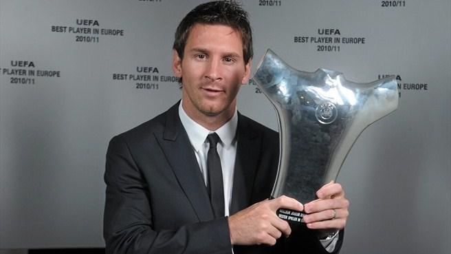 Lionel Messi with his UEFA Best Player in Europe Award after the draw