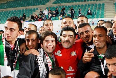 Maradona surrounded by Palestinian players