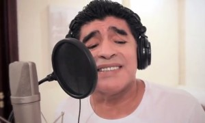 Maradona and Dalma with Apolo singing Gritandole al Viento